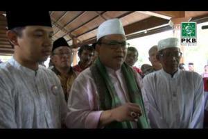 Pengurus DPP PKB dan puluhan Kiai dalam rangkaian Ziarah Wali Songo di makam Sunan Bonang, Tuban Jatim