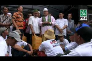 Pengurus DPP PKB dan puluhan Kiai dalam rangkaian Ziarah Wali Songo sambangi warga dan tukang becak Tuban Jatim